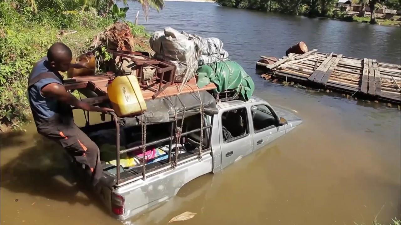 VIDEO. Ce taxi-brousse tombé à l'eau sur une route malgache va-t-il redémarrer ?